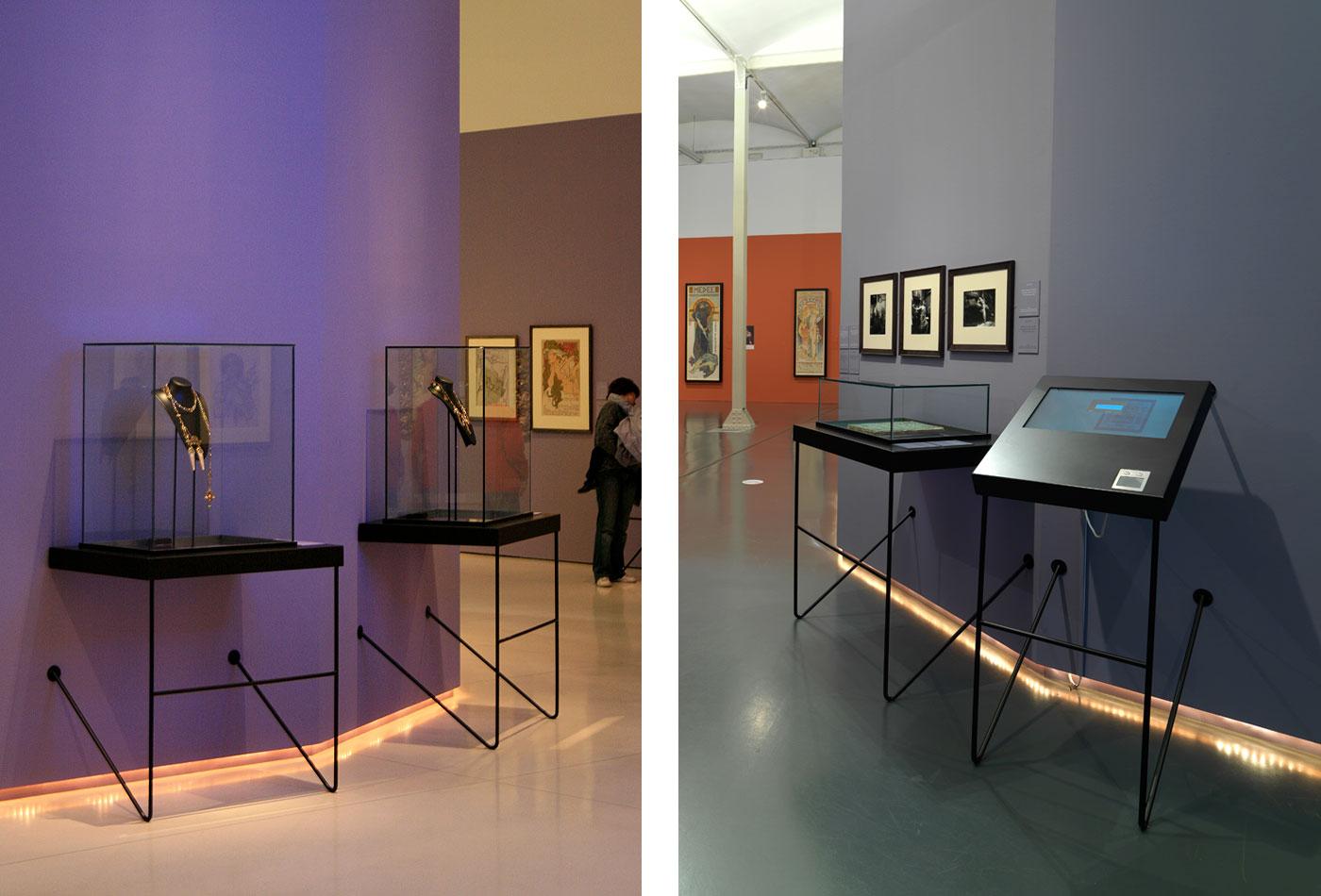 expo-mucha-caixaforum-vitrinas
